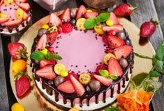 可口双重乳酪蛋糕装饰用巧克力和新s 免版税库存照片
