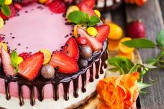 可口双重乳酪蛋糕装饰用巧克力和新s 库存图片