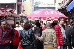 可口可乐伞在amoy城市上,瓷第八个市场  库存图片