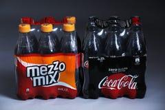 可口可乐和中间混合盒饮料 免版税库存照片