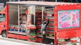 可口可乐在街道上的送货卡车 免版税库存照片
