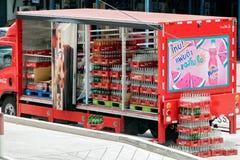 可口可乐在街道上的送货卡车 库存图片