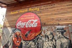 可口可乐或焦炭商标老葡萄酒墙壁在博物馆禁令轰隆Khen的在曼谷泰国 库存图片