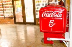 可口可乐葡萄酒商标烙记的商标在减速火箭的微型冰箱的在可口可乐博物馆` Baan轰隆Khen ` 库存照片
