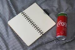 可口可乐铝罐饮料与甜叶菊的 图库摄影
