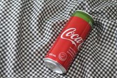 可口可乐铝罐饮料与甜叶菊的 免版税图库摄影