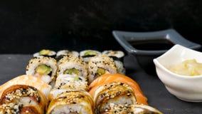 可口和健康寿司的品种混合 股票视频