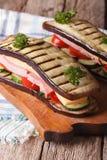 可口和健康茄子三明治,垂直 图库摄影