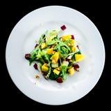 可口和开胃沙拉用甜菜根和果子芒果 免版税图库摄影