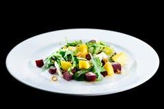可口和开胃沙拉用甜菜根和果子芒果 图库摄影