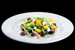 可口和开胃沙拉用鲕梨、乳酪和莴苣 免版税库存照片