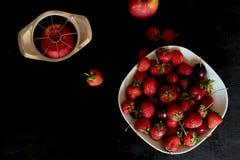 可口和水多的果子,红色在黑背景 水滴 樱桃苹果计算机和草莓 库存照片