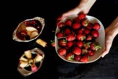 可口和水多的果子,红色在黑背景 水滴 樱桃苹果计算机和草莓 免版税图库摄影