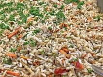 可口和豪华开胃酒用新鲜的煮沸的米和草本 库存照片