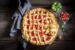 可口和酥脆馅饼由新鲜的莓果制成 免版税图库摄影
