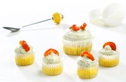 可口咸用杯形蛋糕用乳酪和蕃茄 图库摄影