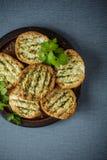 可口嘎吱咬嚼的金黄烤或敬酒的面包 库存照片
