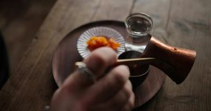 可口土气早餐,咖啡准备 妇女倒从土耳其cezve的咖啡入杯子 水和蜂蜜 股票视频
