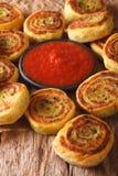 可口土豆小圆面包和西红柿酱特写镜头 垂直 库存图片