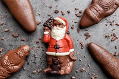 可口圣诞节巧克力和甜点在土气背景 图库摄影