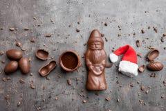 可口圣诞节巧克力和甜点在土气背景 免版税库存图片