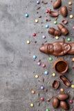 可口圣诞节巧克力和甜点在土气背景 免版税图库摄影