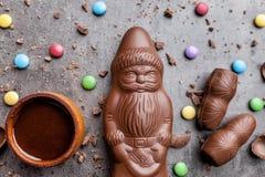 可口圣诞节巧克力和甜点在土气背景 库存照片