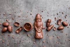 可口圣诞节巧克力和甜点在土气背景 免版税库存照片