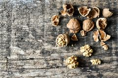 可口坚果和胡桃钳在一张老木桌, copyspace,集合上 免版税图库摄影