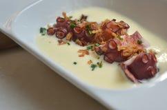 可口塔帕纤维布:与奶油,巴塞罗那的章鱼 库存照片
