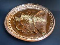 可口墨西哥辣酱玉米饼馅、鸡或者火鸡炸玉米饼用痣调味汁和芝麻籽传统庆祝的 库存图片