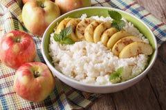 可口大米布丁用苹果和桂香在碗 Horiz 图库摄影