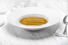 可口奶油色汤用蘑菇和香料 免版税库存照片