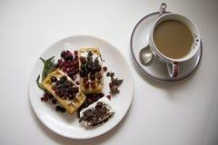 可口奶蛋烘饼用莓果06 免版税图库摄影