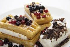 可口奶蛋烘饼用莓果11 免版税库存照片