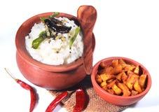 可口家做了在一个泥罐的印地安凝乳米用油煎的土豆 免版税库存图片