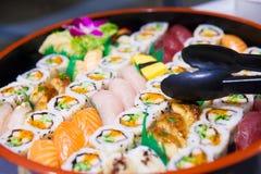 可口寿司和生鱼片使用钳子 库存图片