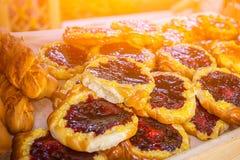 可口小圆面包用莓果 库存照片