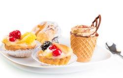 可口小的果子在蛋糕附近结块用巧克力和咖啡 免版税库存图片