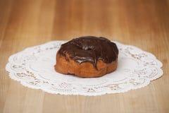 可口巧克力在表上的结霜的多福饼 免版税库存照片