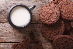 可口巧克力曲奇饼和牛奶特写镜头 水平的名列前茅vi 免版税图库摄影