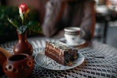 可口巧克力蛋糕和一杯咖啡 免版税图库摄影