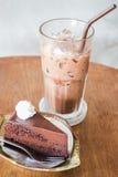 可口巧克力蛋糕和冷的饮料 免版税库存图片