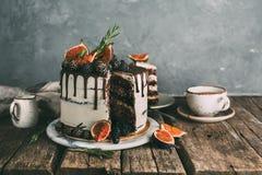 可口巧克力蛋糕用无花果和黑莓 免版税库存图片