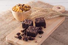 可口巧克力软糖果仁巧克力用胡桃和核桃服务 免版税图库摄影