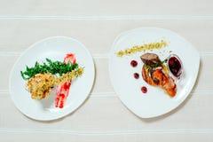 可口开胃小牛肉用樱桃调味汁和火鸡与migdal 在有绿色的白色板材 免版税库存图片