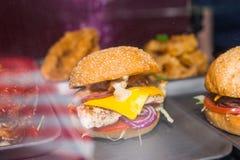 可口开胃汉堡用肉、乳酪和菜在 免版税库存照片