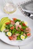 可口开胃菜沙拉用在一块白色板材的海鲜 免版税库存照片