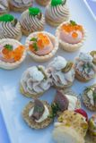 可口开胃菜点心在船上庆祝的桌的 免版税库存图片