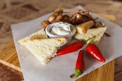 可口开胃菜用胡椒和面包对啤酒 免版税库存照片